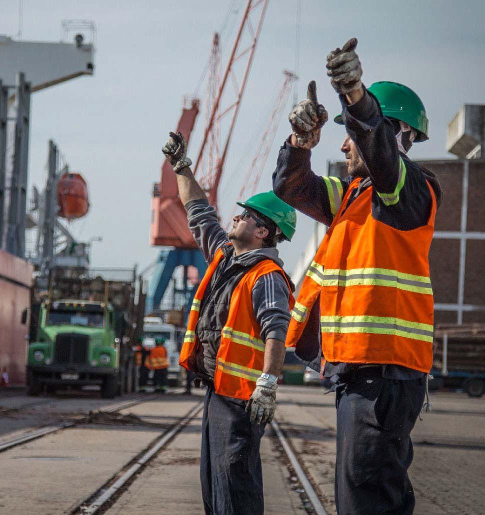 personas trabajando en el puerto